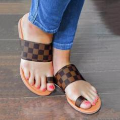 Femmes PU Talon plat Sandales Chaussures plates À bout ouvert bout rond avec Couleur d'épissure chaussures